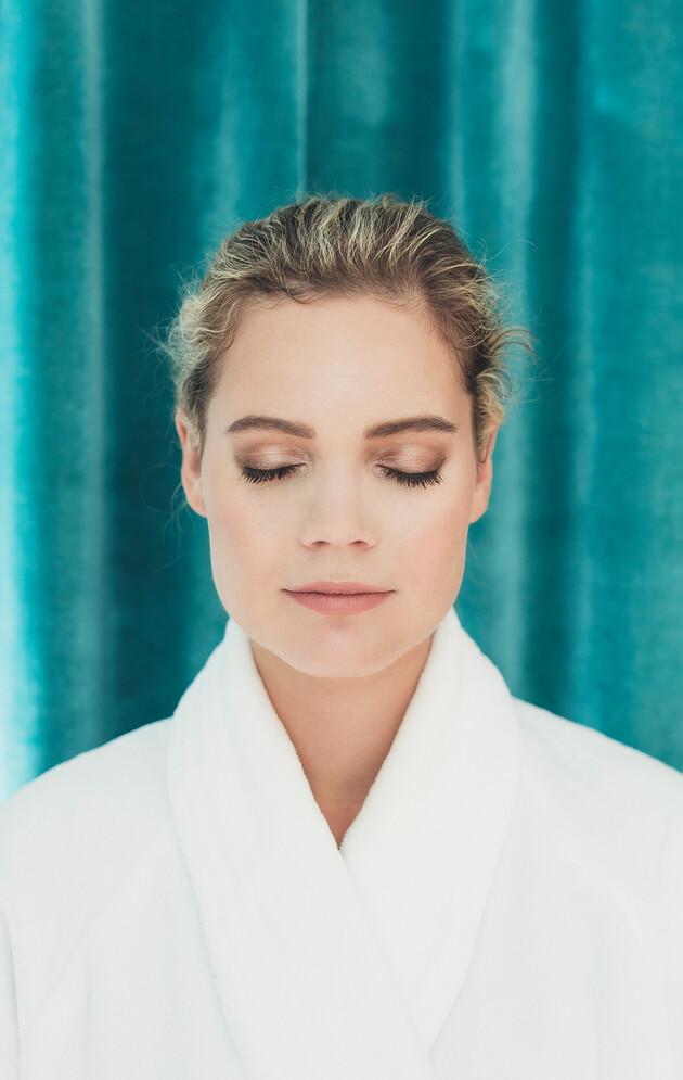 Frau im Bademantel bei den Beauty-Anwendungen im Wellnesshotel Nesslerhof in Großarl