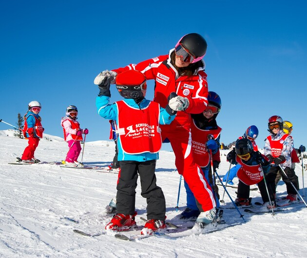 Kinder mit Skilehrerin im Skikurs in Großarl - perfekter Familien-Skiurlaub im familienfreundlichen 4*S Hotel Nesslerhof, Salzburg