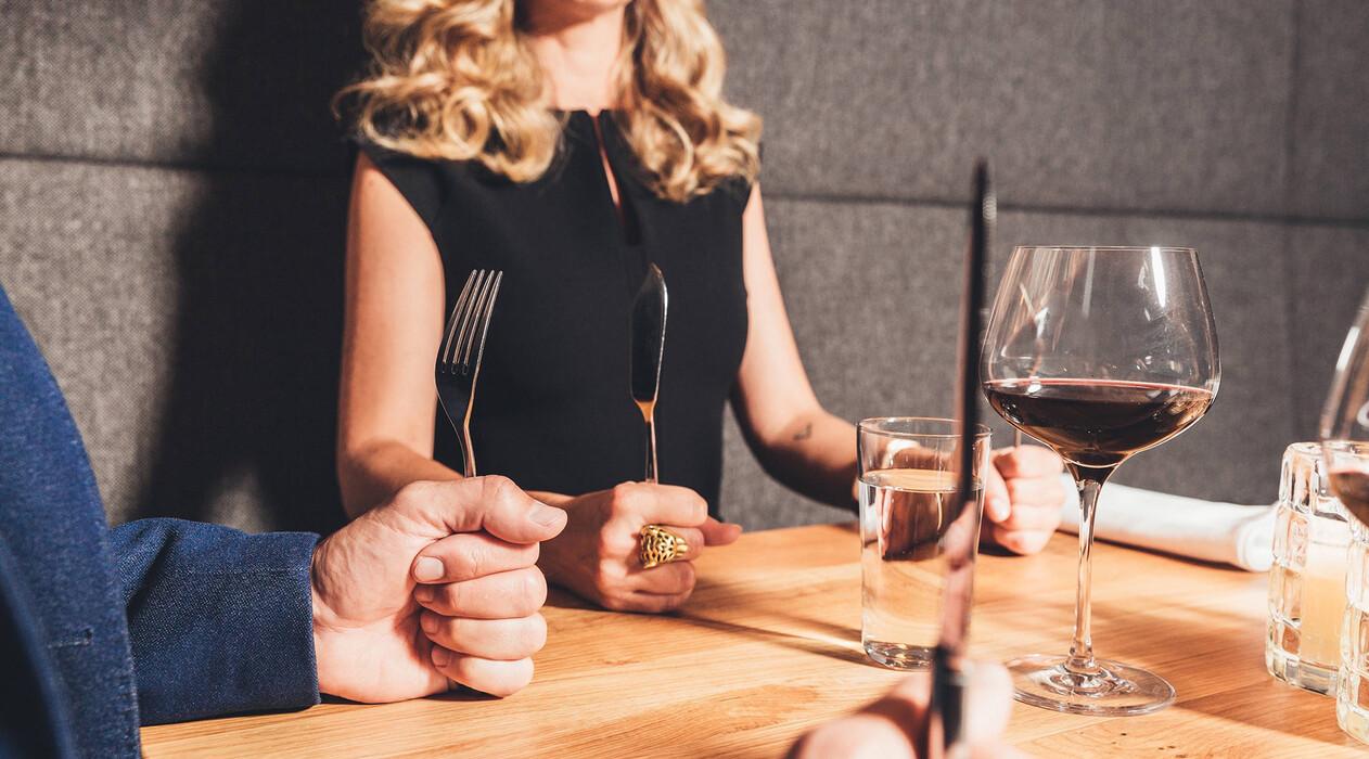 Paar wartet am gedeckten Tisch auf das Abendessen im Genießerhotel Nesslerhof im Salzburger Land