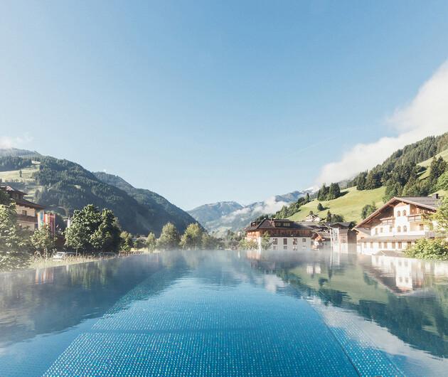 Bergpanorama vor dem beheizten Außenpool der großen Badelandschaft vom Wellnesshotel Nesslerhof im Salzburger Land