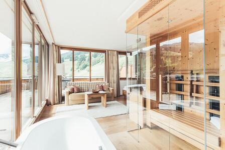 Hotelzimmer mit Sauna und freistehender Badewanne und Panoramafenster im 4*S Hotel Nesslerhof, Großarl
