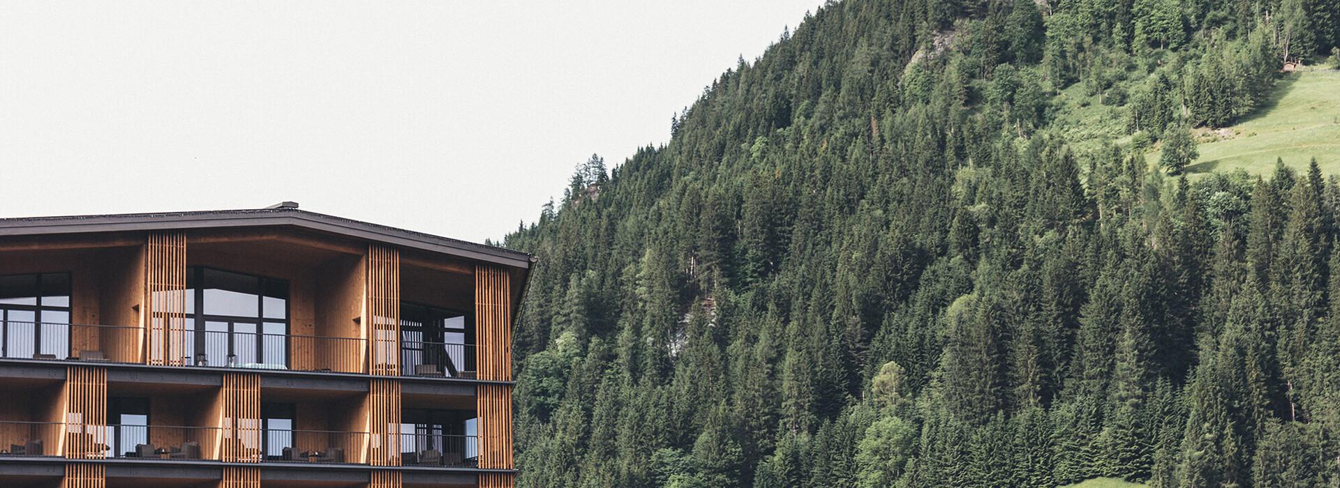Blick auf die Suiten und Zimmer mit großem Balkon des 4*S Hotel Nesslerhof in Großarl, Salzburger Land
